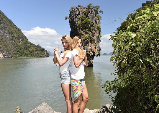 Dominika s kolegyní Kristýnou Kubíčkovou jako bond girls