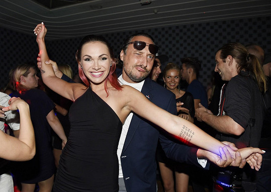 Pak spolu Marian a Kamila vyrazili na diskotéku.