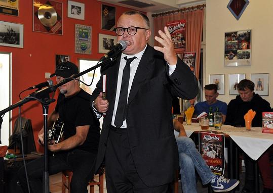 Zazpíval Petr Pečený.