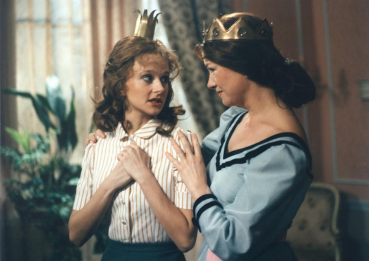 Simona Vrbická s Carmen Mayerovou v pohádce O Popelákovi (1986)