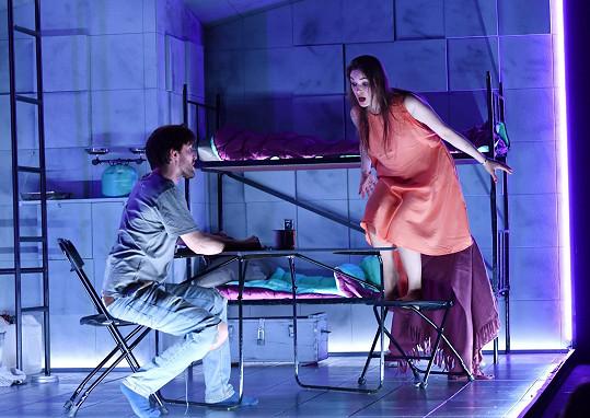 Karel Heřmánek mladší jako psychopatický mladík zamilovaný do kamarádky v podání Sarah Haváčové.