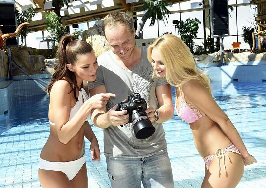 Holky si výsledek focení pro Fashion Island zkontrolovaly.