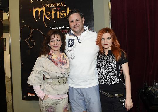 Iva Marešová s Ditou Hořínkovou, s níž alternuje, a s muzikálovým manželem v podání Michala Novotného