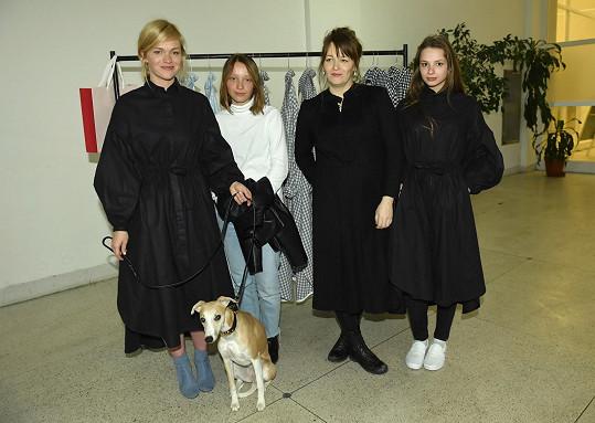 Ester a Lela s dcerami a naším redakčním pejskem Daliou.