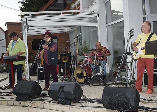 Na večírku se také hrálo, pán domu zazpíval.