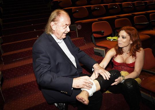 Producent František Janeček jí ledoval nohu.