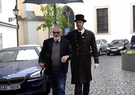 V dešti doprovodil prezidenta karlovarského festivalu portýr s deštníkem.