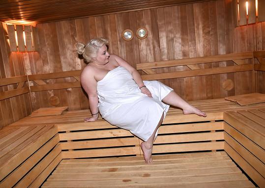 Užívá si i v sauně.