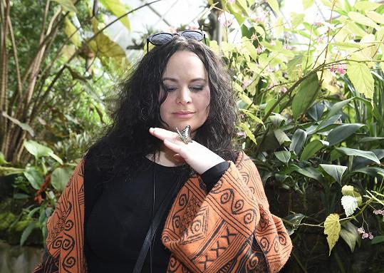 Ve skleníku si chytila motýla.