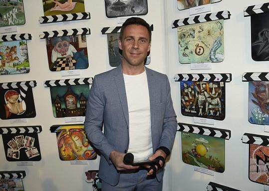 Roman Vojtek dorazil na slavnostní zahájení výstavy filmových klapek se zlomeninou.