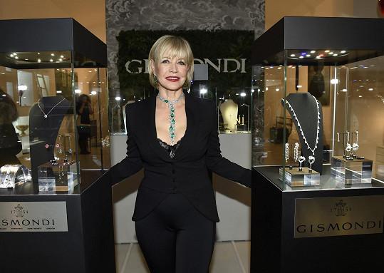 Jana Švandová předvedla náhrdelník v rámci propagace prodeje charitativních náramků, které pomohou nemocné desetileté Valentýnce.