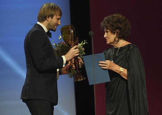 Cenu za operu předal Evě Randové ministr zdravotnictví Adam Vojtěch.