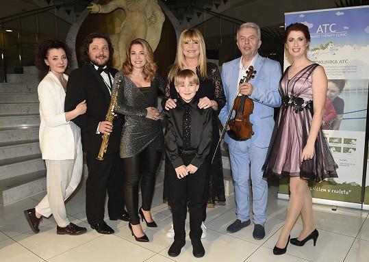 Účastníci online koncertu, který pořáda Monika Trávníčková (vpravo).