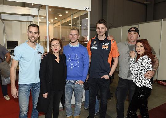 Herečka s kolegy na zahájení výstavy motocyklů.