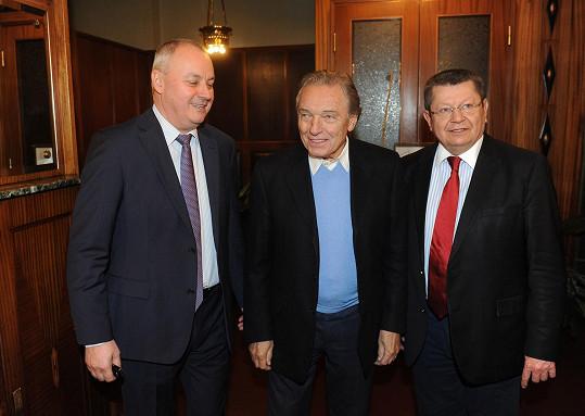 Vítal se s přáteli přes obrazy - galeristou Miro Smolákem a šéfem kliniky Janem Leštákem.