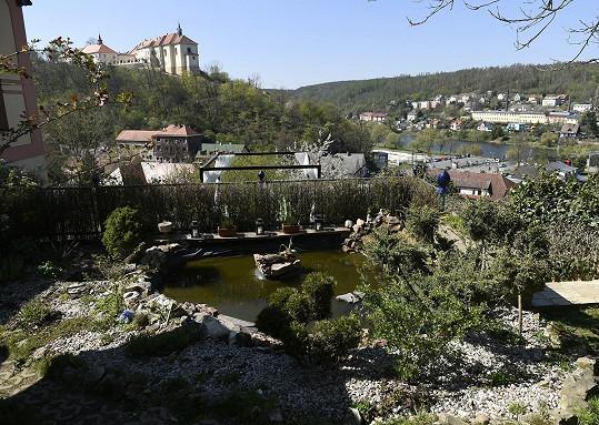 Výhled na řeku Berounku a místní zámek.