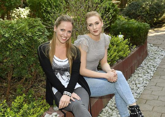 Sára s kolegyní Markétou Peškovou, která ztvární zelenou čarodějku Elphabu.