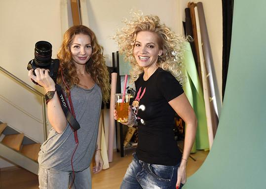 Dara s fotografkou Petrou Ficovou.