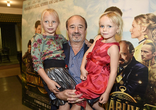 Preiss se pozdravil s představitelkou své pohádkové dcery Laury Lízou Mazurkovou a její mladší sestřičkou (vpravo).