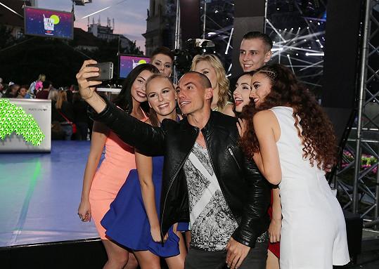 DJ Brian si s AquaBabes pořídil selfie.