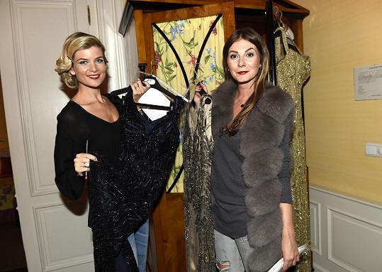 Zimová s kolegyní Ivetou Vítovou před přehlídkou s připravenými šaty
