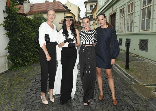 Nikola na prezentaci kolekce venezuelské návrhářky potkala tenistku Terezu Martincovou a modelku Kateřinu Sokolovou.