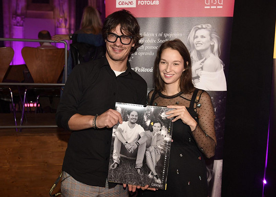 Berenika s Davidem Krausem a jejich stránkou v kalendáři pro nadaci ALSA