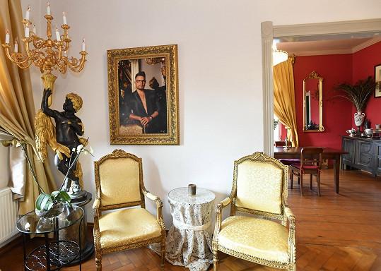 Zákoutí v salónku s obrazem od fotografa Jadrana Šetlíka