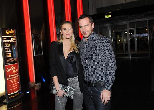 Zorka dorazila do kina s manželem Mírou.
