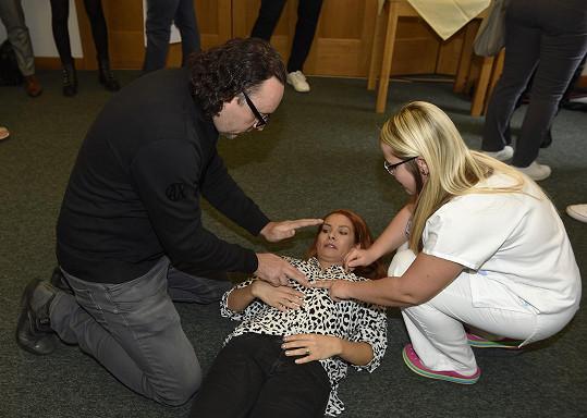 Marian si na křtu kalendáře vyzkoušel i první pomoc.