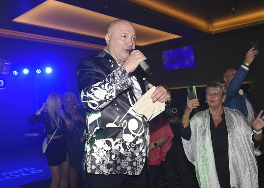 Na večírku vesteckého kasina vystupoval.