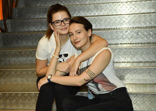 Berenika Suchánková a Anna fialová jsou kamarádky od dětství. Ve hře se alternují.