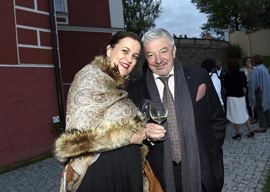 Na zámek doprovázela bývalého ředitele Novy jeho mladší manželka.