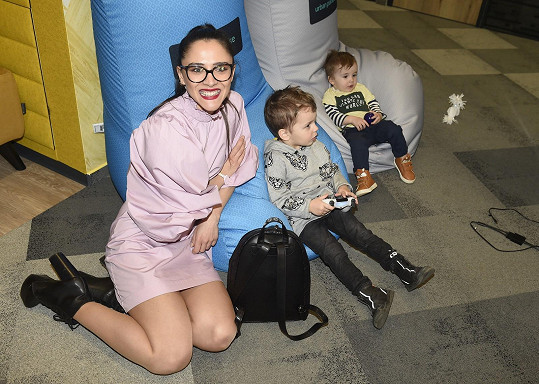 Na Míšiny syny chvíli dohlížela i kamarádka Eva Burešová, která na představení nového polaroidního fotoaparátu přišla bez dítěte.