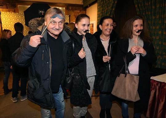 Na premiéru dorazil herec s manželkou a dcerami.