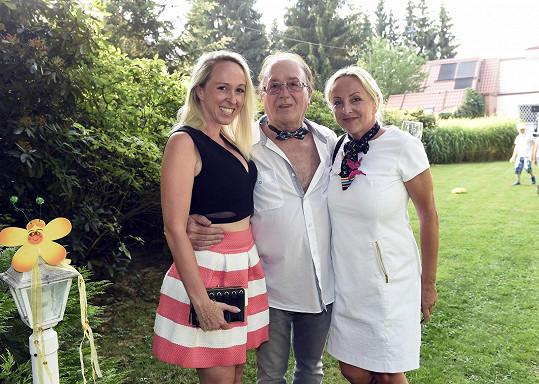 Obdivovatel ženské krásy Petr Janda musel s blondýnkami zapózovat.