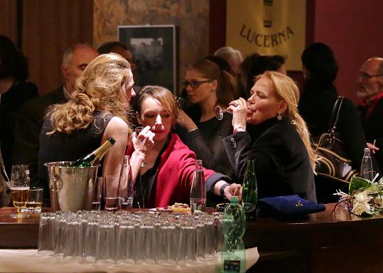 Dagmar Havlová popíjela s režisérkou Andreou Sedláčkovou a Tatianou Vilhelmovou.