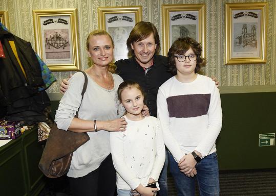 Jana Adamcová s dětmi a kouzelníkem Pavlem Kožíškem