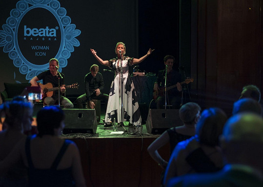 Martina Pártlová zpívala za doprovodu některých členů Čechomoru.