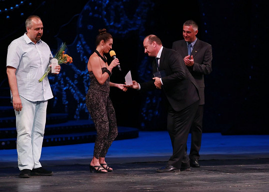 Hanka přebírala cenu za charitativní činnost.