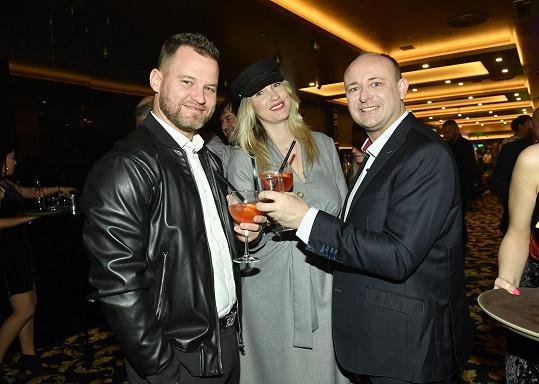 Prezident soutěže Muž roku David Novotný (vpravo) ji pozval, aby pokřtila kalendář.