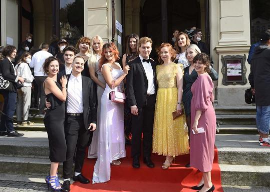 Zástupci filmového štábu před karlovarským divadlem, kde premiéra proběhla.