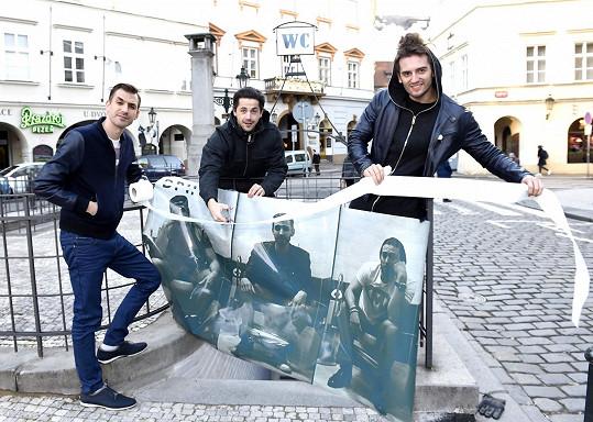 Kapela DPH - tedy Daniel Barták, Petr Ryšavý a Honza Kopečný křtili veřejné toalety.