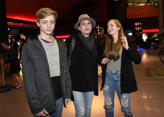 Bára Kodetová s nejstarší dcerou Lily, která si na premiéru vzala přítele Jakuba.