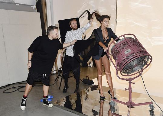 Stylista a kadeřník v akci těsně předtím, než fotograf stiskl spoušť.