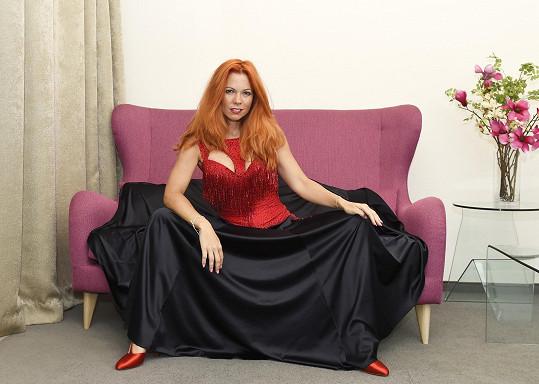 Černočervená kombinace ji uchvátila.