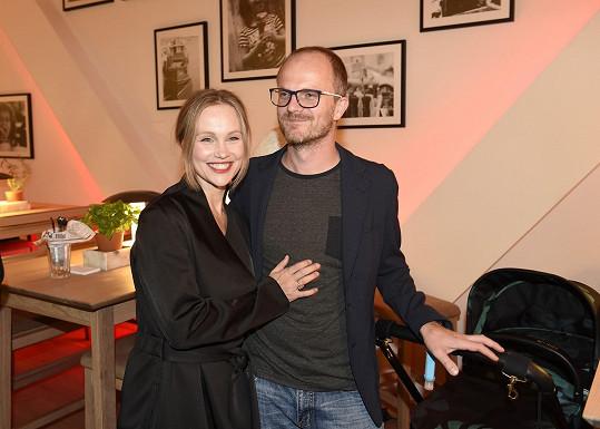 Vlastina dorazila na opening nové restaurace s druhým manželem Jiřím Kounickým. Vzali s sebou i malého syna v kočárku.