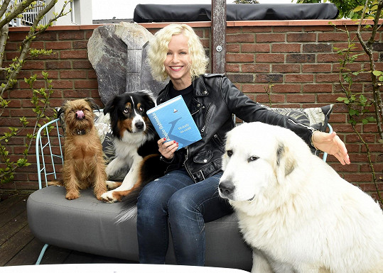Karin Babinská se svými psími mazlíčky a posledním románem, který napsala.