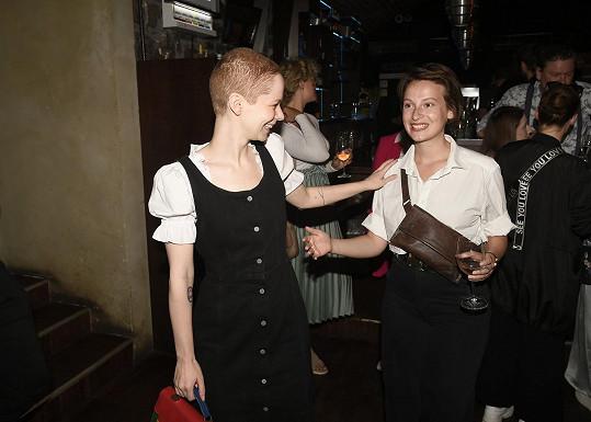 Dorazila s kamarádkou Annou Fialovou.