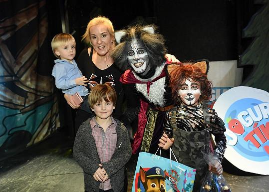 Manželka Pepy Vojtka Jovanka Vojtková dorazila do divadla se syny Albertem a Adamem.